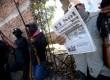 Seorang warga yang tergabung dalam polisi komunitas membaca surat kabar tentang orang yang berhasil mereka tangkap saat berpatroli sehari sebelumnya di kota Ayutla,Mexico,Selasa (28/1).  (Reuters/Camilo Martinez)