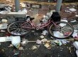 Sepeda pedagang kopi keliling tergeletak ditinggalkan saat bentrokan terjadi di Jl Thamrin, Jakarta, Kamis (21/8). Massa pendukung Prabowo-Hatta sempat terjadi bentrokan dengan petugas keamanan, dan sempat ditembakkan gas air mata.