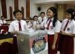 Siswa SD Menteng 01 melakukan simulasi pemungutan suara pada pemilu di kantor KPU, Jakarta Pusat, Senin (11/11). (Republika/Yasin Habibi)
