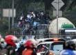 Siswa Sekolah Menengah tingkat atas ditangkap polisi saat menaiki atap bis dalam kota di Jalan Gunung Sahari, Jakarta, Jumat (18/10).     (Republika/ Tahta Aidilla)