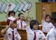 Siswa-siswi kelas 1 SDN Menteng 01 mengikuti pelajaran di sekolahnya, Jakarta, Senin (4/1).  (Republika/Yasin Habibi)