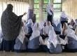 Siswa-siswi MTS Madrasah Istiqlal belajar mengaji di selasar utama Masjid Istiqlal, Jakarta, Selasa (7/3).