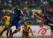 Striker Persib, Serginho Van Dijk, berusaha menanduk  bola dalam pertandingan LSI 2013 di Stadion Siliwangi, Bandung, Rabu (3/4).  (Republika/Yogi Ardhi)