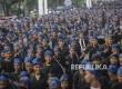 Suku Baduy Luar mengenakan pakaian hitam dan ikat kepala biru bermotif batik.