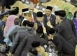 Susilo Bambang Yudhoyono (tengah) menyapa anggota DPR-DPD usai menyampaikan pidato kenegaraan dalam sidang bersama DPR-DPD RI di Gedung Nusantara, Kompleks Parlemen Senayan, Jakarta, Jumat (15/8).