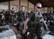 Tentara Prancis berjalan meniggalkan hanggar di pangkalan udara militer Mali di Bamako, Senin (14/1). (Reuters/Joe Penney)