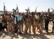 Tentara Yaman mengacungkan senjata di area yang berhasil direbut dari milisi Alqaidah di selatan Provinsi Shabwa, Kamis (8/5).