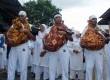 Tiga orang tokoh masyarakat menggendong hewan ternak sebagai kaul kurban pada ritual tradisi Abda'u di Desa Tulehu, Pulau Ambon, Maluku, Jumat (26/10). (Embong Salampessy/Antara)