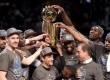 Tim Golden State Warriors saatmenerima trofi juara NBA 2015