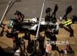 Tim Mercedes dan Lewis Hamilton beraksi di pitstop pada babak kualifikasi Grandprix Spanyol. Hamilton berhasil merah pole position setelah berhasil menjadi yang tecepat pada babak kualifikasi.