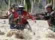 Tim penyelamat mengevakuasi seorang anak yang selamat  bersama ibunya yang tengah hamil menyeberangi sungai di kota New Bataan,Filipina, Kamis (6/12). (Reuters/Erik De Castro)