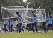 Timnas Indonesia mengangkat gawang bersama-sama saat latihan di komplek Stadion My Dinh, Hanoi, Kamis (20/11).