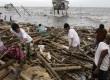 Topan Nesat yang menghasilkan badai, gelombang pasang dan   mengakibatkan banjir di Navotas, Manila bagian Utara, Filipina, Rabu, 28 September 20011. (AP)
