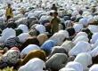 Umat Islam melaksanakan shalat berjamaah.