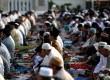 Umat Islam mengikuti shalat ied di alun-alun Kabupaten Indramayu, Jawa Barat.