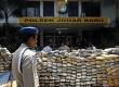 Unit Narkoba Polsek Johar Baru Polres Jakarta Pusat menggelar barang bukti penangkapan narkotika jenis ganja di halaman Makopolsek Johar Baru, Jakarta Pusat, Rabu (13/3). (Republika/Adhi Wicaksono)