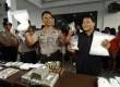 Wakapolda Metro Jaya Brigjen Sudjarno (kiri) menunjukan barang bukti narkoba di Polda Metro Jaya, Jakarta Pusat, Senin (28/1). (Republika/Adhi Wicaksono)