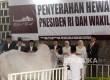 Wakil Presiden Jusuf Kalla (keempat kanan) menyerahkan dua ekor sapi kepada pengurus Masjid Istiqlal seusai sholat Idul Adha, Jakarta, Jumat (1/9).