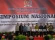 Wakil Presiden Jusuf Kalla (kelima kiri) berfoto dengan pimpinan MPR saat membuka Simposium Nasional di Kompleks Parlemen, Senayan, Jakarta, Rabu (12/7).