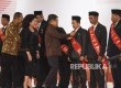 Wakil Presiden yang juga Ketua Umum PMI Jusuf Kalla didampingi Menkes Nilla F. Moeloek dan Ketua Pelaksanan Harian PMI Ginanjar Kartasasmita menyematkan anugerah kepada perwakilan dari provinsi saat Penganugerahan Satyalencana Kebaktian Sosial Donor Darah
