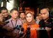 Walikota Tegal Siti Masitha Soeparno mengenakan rompi tahanan KPK seusai diperiksa digedung KPK, Jakarta, Rabu (30/8).