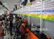 Warga antre untuk mendapatkan tiket Kereta Api di Stasiun Senen, Jakarta Pusat, Senin (26/12).