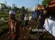 Warga keluar berjalan seusai menggunakan hak pilihnya di TPS 16, Karet Bivak, Jakarta Pusat, Rabu (19/4).