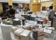 warga melihat koleksi buku yang dijual di Ballroom, Islamic Center, Mataram, Lombok, Nusa Tenggara Barat, Sabtu (27\5).