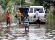 Warga melintasi genangan air saat banjir melanda perumahan Ciledug indah 1, Ciledug, Tangerang, Banten, Kamis (16/1).     (Republika/Yasin Habibi)