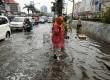 Warga melintasi jalanan yang tergenang air di kawasan Gunung Sahari, Mangga Dua, Jakarta Utara, Jumat (14/12).    (Republika/Adhi Wicaksono)