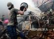Warga memadamkan kebakaran permukiman di RT 5 RW 11, Bukit Duri, Jakarta Selatan, Rabu (7/9). (Republika/ Yasin Habibi)