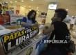 Warga membeli tiket bus di Terminal Pulo Gebang, Jakarta Timur, Kamis (8/6). Pada H-7 lebaran Idul Fitri 2017, penyedia jasa bus Antar Kota Antar Provinsi (AKAP) berencana menaikan tarif angkutan dari angka Rp 200 ribu hingga 400 ribu.
