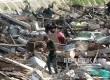 Warga memungut besi sisa bangunan usai gusuran di Bukit Duri, Jakarta, Kamis (29/9).