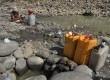 Warga mengambil air dari sumur buatan warga untuk kebutuhan rumah tangga di Kali Cipamingkis, Bekasi, Jawa Barat, (29/07).