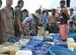 Warga mengantri air bantuan kemanusiaan untuk kebutuhan rumah tangga di Desa Sirnajati, Bekasi, Jawa Barat, (29/7).  (Republika/Rakhmawaty La'lang)