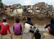 Warga menyaksikan alat berat menghancurkan bangunan tempat tinggal yang berada di pinggiran sungai Ciliwung kawasan Bukit Duri, Jakarta, Selasa (12/1). (Republika/Yasin Habibi)