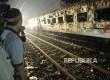 Warga menyaksikan gerbong kereta yang terbakar saat kecelakaan kereta api di perlintasan kereta jalan Kembang Pacar, Kramat, Senen, Jakarta Pusat, Selasa (13/6).