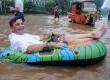 Warga negara asing asal Swiss, Tom Hausler menumpangi perahu karet saat banjir melanda di Jalan MH Thamrin, Jakarta, Kamis (17/1).  (Republika/Aditya Pradana Putra)
