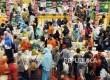Warga ramai mengunjungi pameran Islamic Book Fair 2016 di Istora Senayan, Ahad (28/2).  (Republika/Darmawan)
