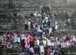 Wisatawan berfoto diatas dinding candi walaupun berbahaya, wisatawan Candi Borobudur, Magelang Jawa Tengah untuk mengisi waktu libu Idul Fitri tercatat Rabu (28/7).