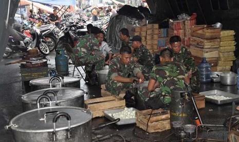 Dapur umum tempat memasak untuk korban banjir.