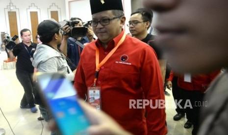Pendaftan Caleg Pemilu. Sekjen PDIP Hasto Kristiyanto usai menyerahkan berkas pendaftaran caleg di KPU, Jakarta, Selasa (17/7).