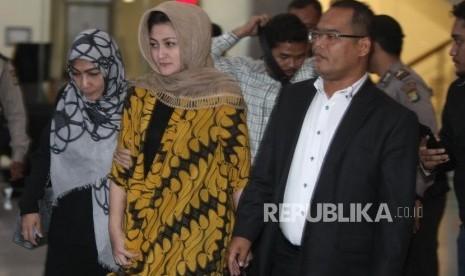 Istri Ketua DPR Setya Novanto, Deisti Astriani Tagor (tengah)