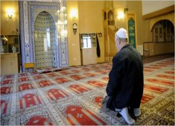 Seorang Muslim sedang berdoa di Masjid Volklingen