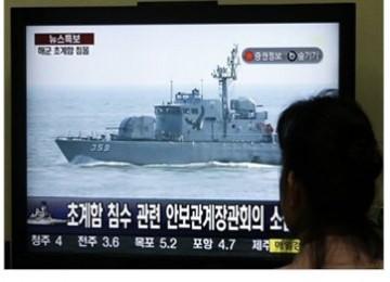 Seorang warga Korsel menonton TV yang melaporkan kapal angkatan Laut Korsel, Cheonan, yang tenggelam, Jumat (26/3) di dekat perbatasan laut Korut.