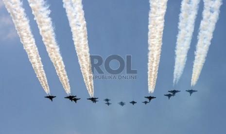 Pesawat tempur TNI AU melakukan terbang formasi diatas Istana Merdeka dalam peringatan HUT Proklamasi ke-69 RI di Istana Merdeka, Jakarta, Ahad (17/8). (Republika/Edwin Dwi Putranto)