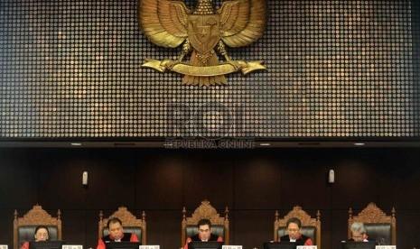 Ketua MK Hamdan Zoelva memimpin sidang pembacaan putusan Perselisihan Hasil Pemilihan Umum 2014 yang diajukan pasangan calon presiden Prabowo Subianto-Hatta Rajasa di Gedung Mahkamah Konstitusi, Kamis (21/8).   (Republika/Agung Supriyanto)