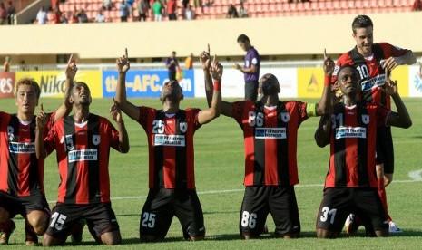 Para pemain Persipura Jayapura saat merayakan gol yang diciptakan oleh Boaz Solossa (tiga kiri) dalam lanjutan kompetisi AFC Cup babak delapan besar, di Papua, Selasa (26/8).  (Antara/Roy Ratumakin)