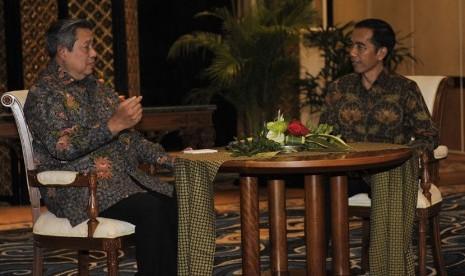 Presiden Susilo Bambang Yudhoyono (kiri) berbincang dengan Presiden terpilih Joko Widodo saat mengadakan pertemuan di Nusa Dua, Bali, Rabu (27/8). (Antara/Nyoman Budhiana)
