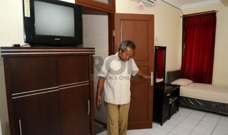 Petugas mengecek kesiapan kamar calon jamaah di asrama Haji, Pondok Gede, Jakarta, Jumat (29/8). (Republika/Tahta Aidilla)